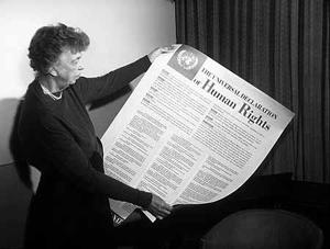 La celebre foto di Eleanor Roosevelt che mostra la Dichiarazione